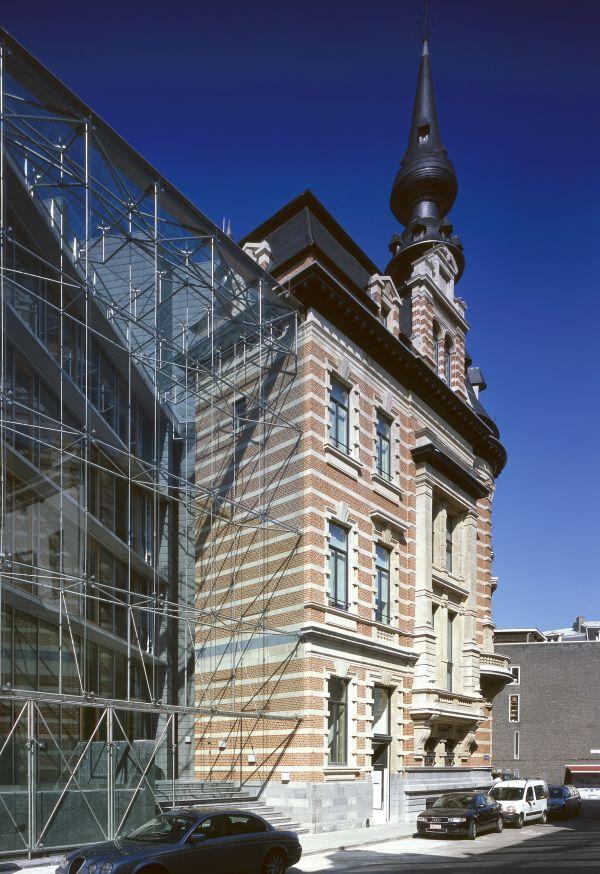 Historisch pand Ackermans & van Haaren Antwerpen vormt een opmerkelijk geheel met enorme,  glazen gevel gvat in ingenieuze spinconstructie,