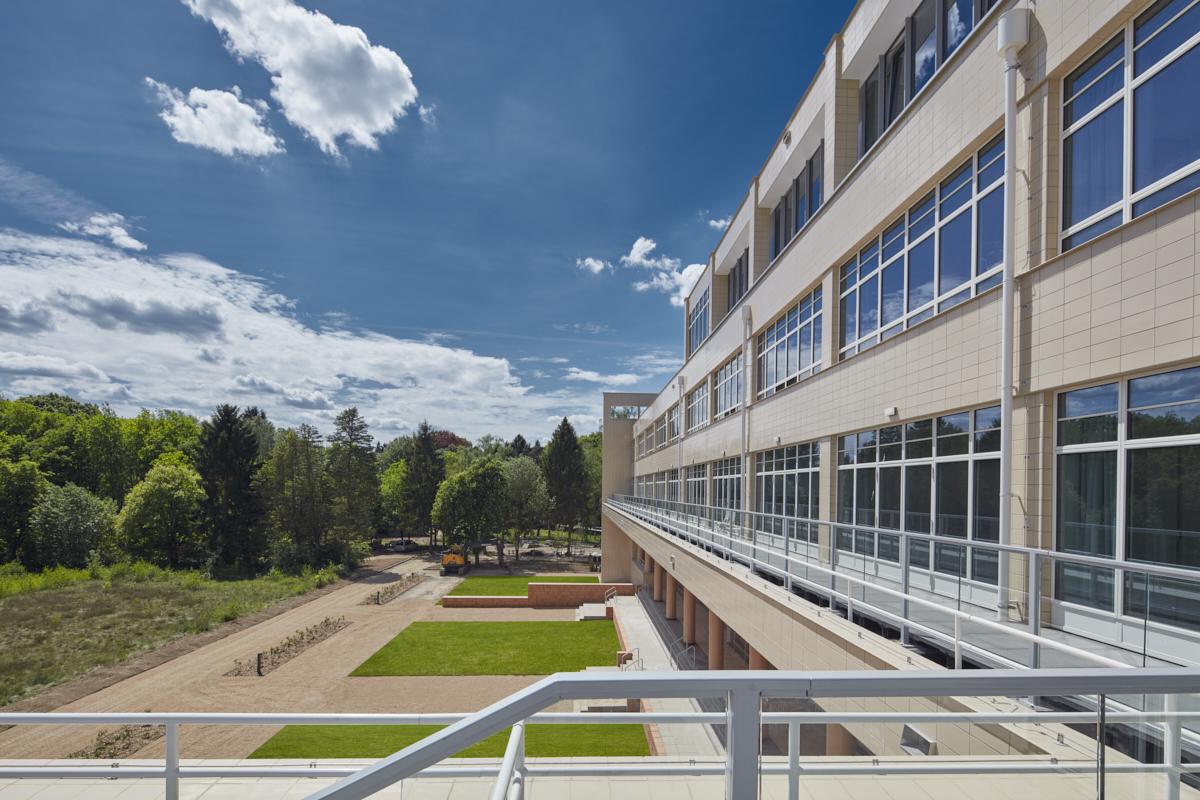 Beschermd sanatorium omgevormd tot modern woonzorgcomplex (NL)