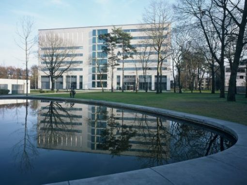 UNIVERSITEIT TILBURG (NL)<br><span style='color:#31495a;font-size:12px;'>Campusgebouw </span>