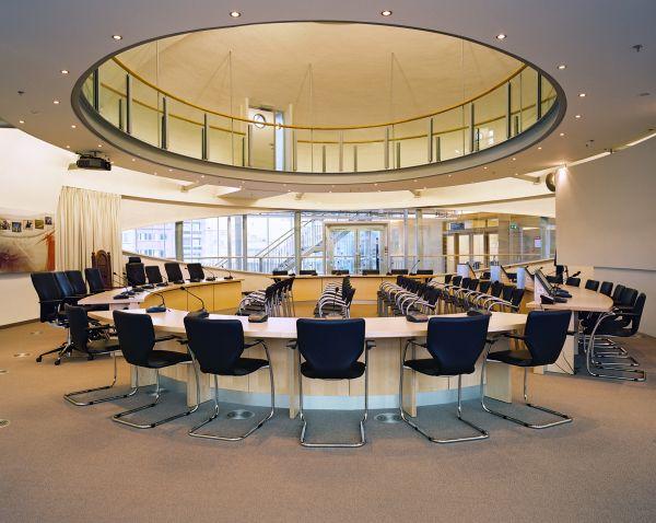 Ellipsvormige raadszaal blikvanger van nieuw Koksijdse gemeentehuis.