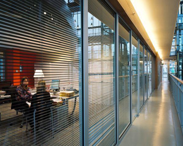 Moderne kantoren met plafondhoge ramen in het gemeentehuis van Koksijde